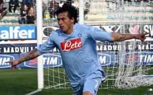 010 reggina napoli lavezzi esultanza news 300x186 Napoli – Cagliari: Lavezzi vuole vincere, mentre Donadoni intende fermare la corsa scudetto degli azzurri