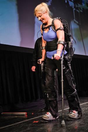 ESOSCHELETRO ROBOTICO / Progettato da Berkeley Bionics, si chiama eLegs e permette ai paraplegici di tornare a camminare