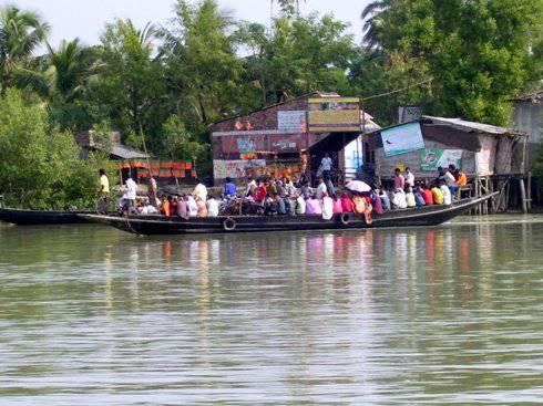 India: crolla un ponte durante una cerimonia induista. 18 morti