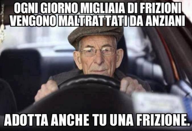 L'uomo con cappello e l'automobile