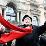 Genova: tra bandiere arcobaleno e bandiere rosse in tantissimi danno l'addio a Don Gallo