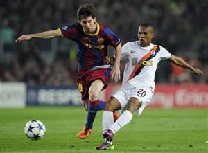 Douglas Costa contrasta Messi (getty images)