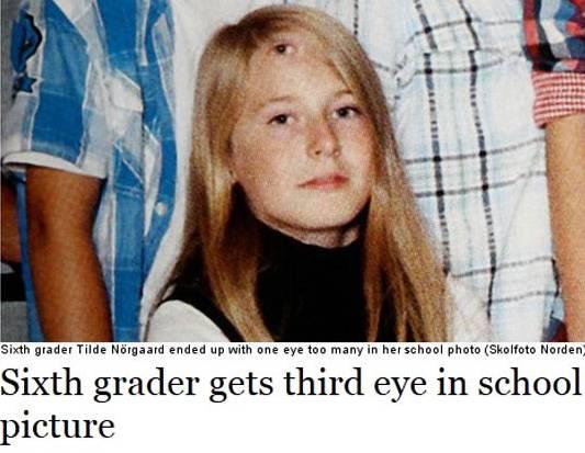 Foto di Classe trasforma volto di un'alunna in un extraterrestre… Trovate il particolare inquietante…