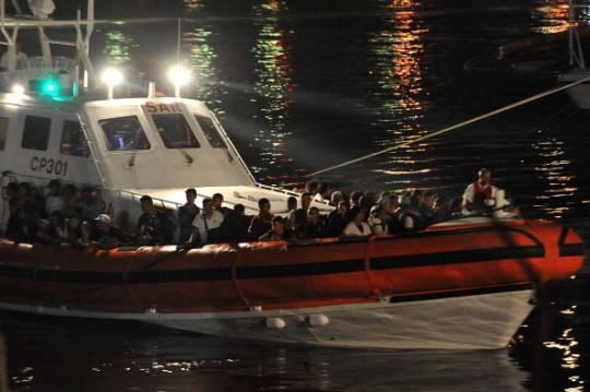 Lampedusa: barcone si rovescia in mare, incubo di un nuovo naufragio