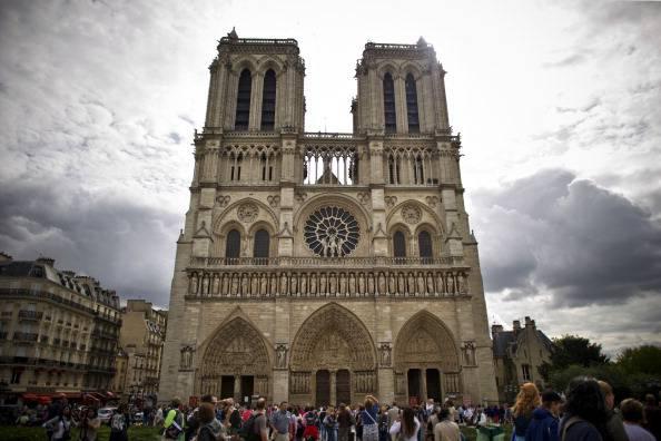 Suicidio shock a Parigi: l'attivista di estrema destra Venner si spara dentro Notre Dame