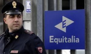 Equitalia presidiata da un agente di polizia (Filippo Monteforte/Afp/Getty Images)