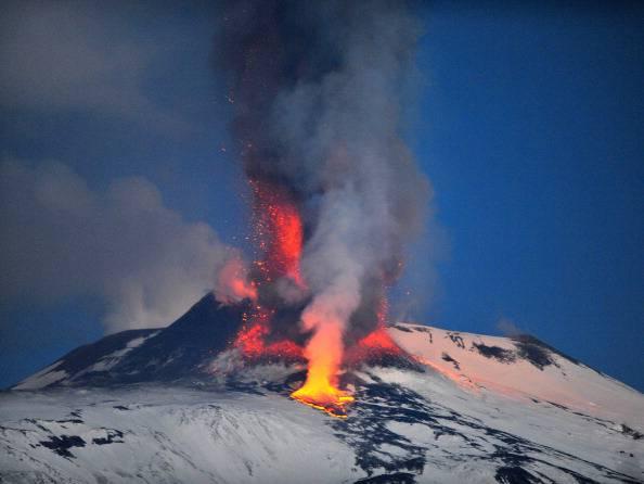 La spettacolare eruzione dell'Etna. E' la decima del 2013: guarda il video