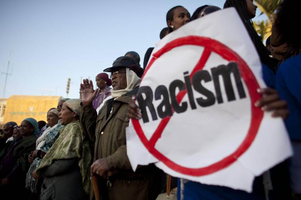 Razzismo sul web: 35 perquisizioni in Italia contro componenti di forum xenofobi