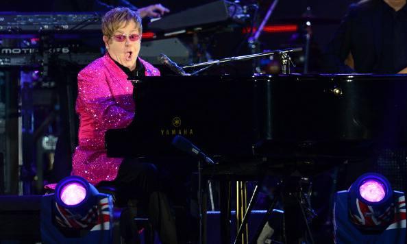 Elton John sfida il governo cinese, concerto con dedica al dissidente Ai Weiwei