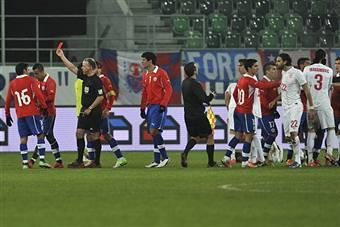 Serbia-Cile, Vidal della Juventus espulso per un bruttissimo fallo VIDEO