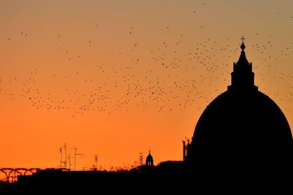 """Piazza San Pietro, uomo sul Cupolone: """"Papa Francesco, facci uscire dall'euro"""""""