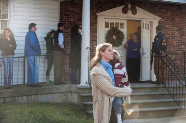 """Strage del Connecticut: Paul Simon canta """"The sound of silence"""" ai funerali della maestra"""