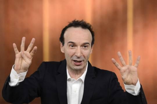 """Benigni riparte da Berlusconi: """"S'è ripresentato per la sesta volta. Ha detto che la settima si riposa""""."""
