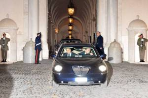 L'auto blu di Mario Monti esce dal palazzo del Quirinale  (Photo VINCENZO PINTO/AFP/Getty Images)