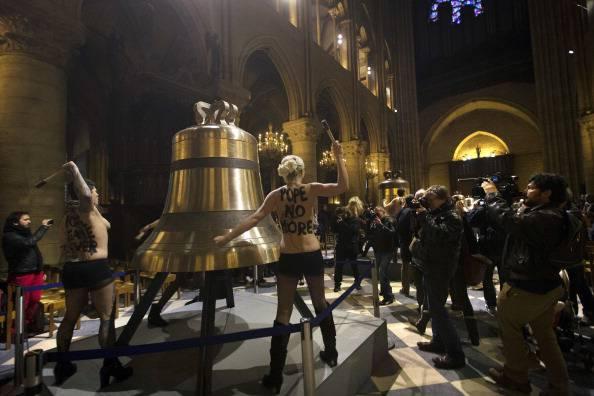 Parigi: il rettore di Notre Dame denuncia le femministe Femen