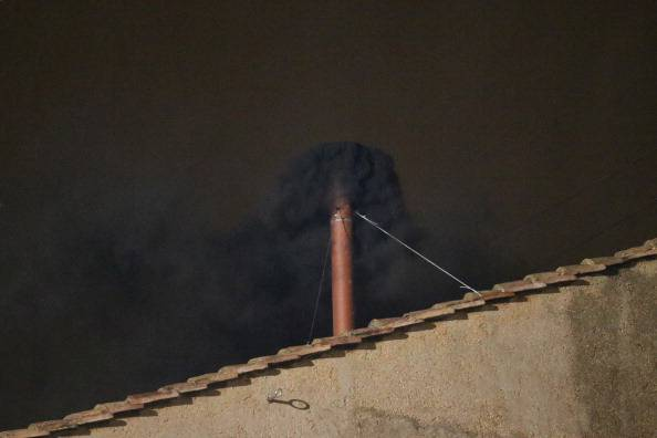 Il comignolo del Vaticano emette una prima fumata nera