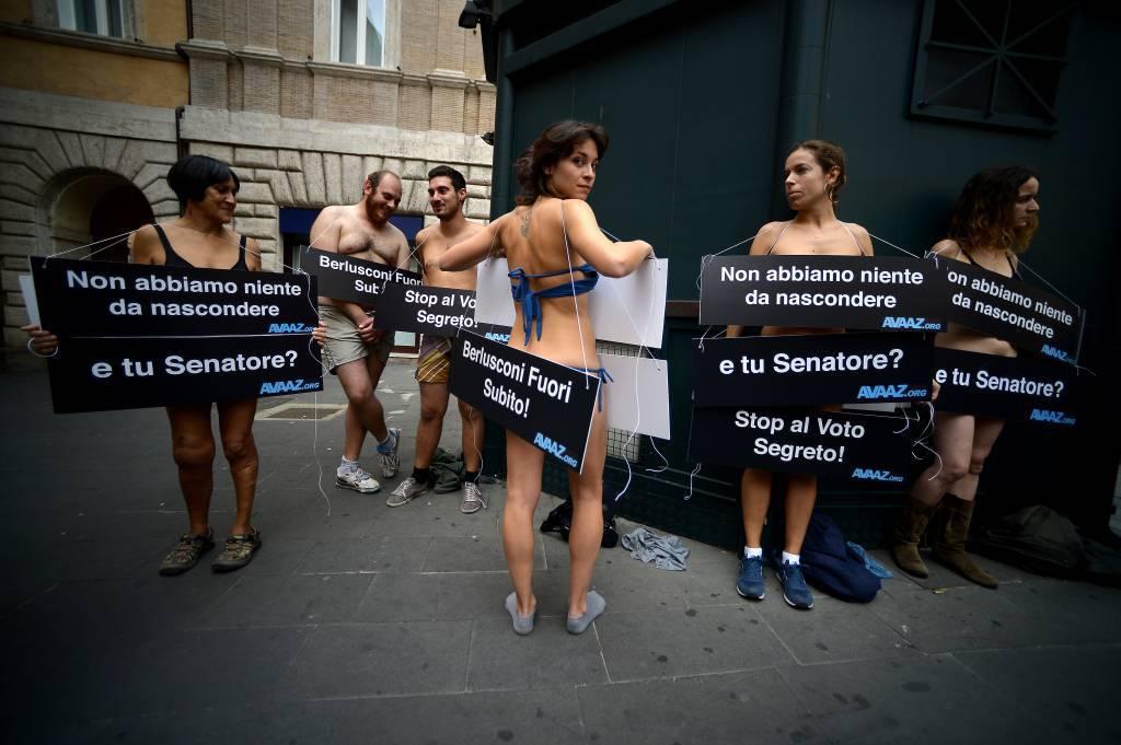 Senza veli davanti al Senato per chiedere il voto trasparente