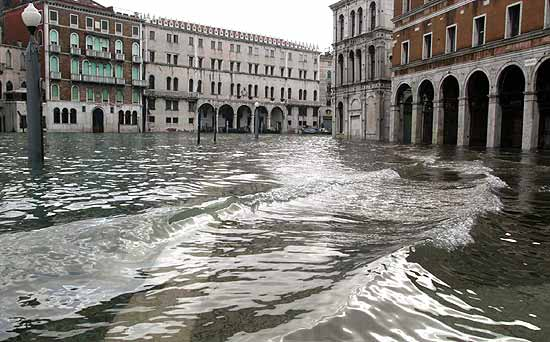 L'acqua alta concede un pò di respiro a Venezia. Stanotte la marea ha toccato i 114 centimetri