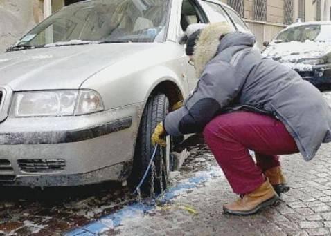 20120208 catene auto 478x342 Italia nel caos: catene da neve introvabili, gomme termiche a ruba, distributori di benzina a secco