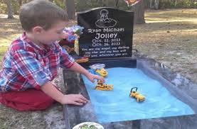 Muore dopo 5 giorni, ma guardate cosa fa il Fratellino sulla sua tomba – VIDEO
