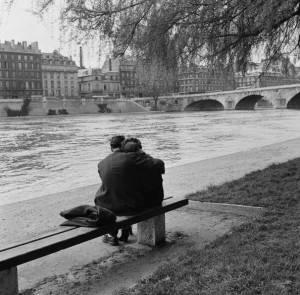 Coppia sulla Senna, Parigi, 1954, di Fred Van Schage (Getty images)