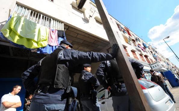 Napoli. Lavoratori dell'Astir protestano su impalcatura