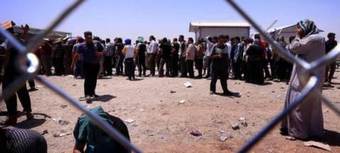 Iracheni in fuga da mosul a check point con il Kurdistan (Getty images)