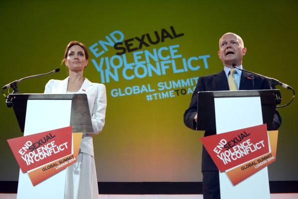 Londra: Jolie e Hague aprono il Summti sulla violenza sessuale in guerra.