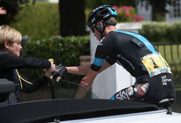 """Ciclismo, brivido Froome. Caduta preoccupante, ma lui twitta: """"Non ci sono danni seri"""""""