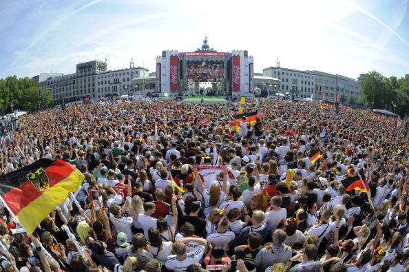 Calcio, centinaia di migliaia di persone accolgono la Nazionale tedesca a Berlino