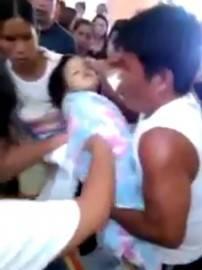 Bambina data per morta nelle Filippine (screen shot youtube)