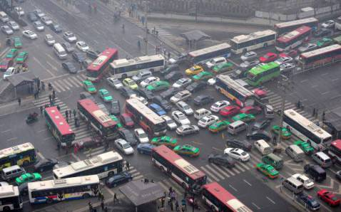 Traffico e smog in Cina (ChinaFotoPress/Getty Images)