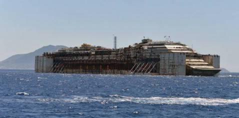 La Costa Concordia dopo la partenza dall'Isola del Giglio (TIZIANA FABI/AFP/Getty Images)