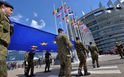 Sfilata miliari per cambio presidenza, davanti a sede del Parlamento Europeo a Strasburgo (Getty images)