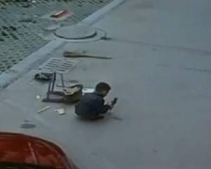 Bambino di sei anno sotto all'auto (screen shot video)