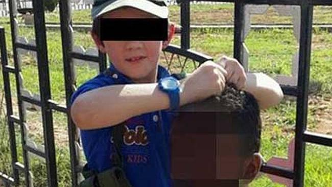 """Un fondamentalista islamico fotografa il figlio con la testa tagliata di un """"infedele"""""""
