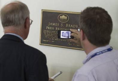 Targa dedicata a James Brady alla Casa Bianca (Getty images)