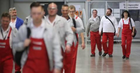 Lavoratori della Porsche a Lipsia (Sean Gallup/Getty Images)