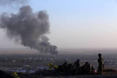 La città irachena di Makhmur in fumo nei combattimenti tra curdi e jihadisti dell'Isis (SAFIN HAMED/AFP/Getty Images)