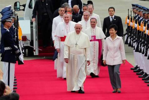 L'arrivo di Papa Francesco a Seul, accolto dalla presidente della Corea del Sud Park Geun-Hye (Song Kyung-Seok-Pool/Getty Images)