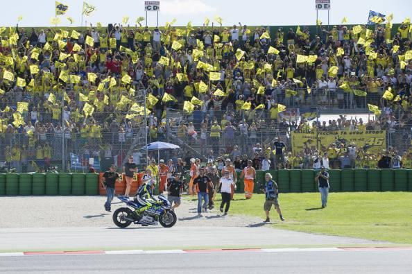 Valentino Rossi festeggiato dal pubblico di casa (getty images)