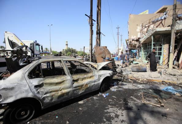 Bombardamento nel distretto di al-Ghadeer, a est di Baghdad ( ALI AL-SAADI/AFP/Getty Images)