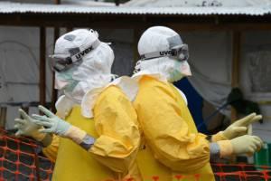 Medici indossano protezioni contro il virus Ebola (DOMINIQUE FAGET/AFP/Getty Images)