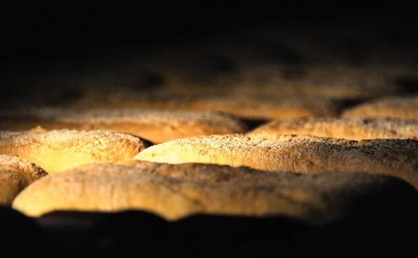 Panificio sotto sequestro, forno alimentato con porte verniciate