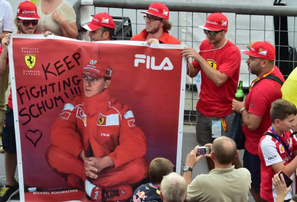 Il sostegno del team Ferrari a Michael Schumacher (GIUSEPPE CACACE/AFP/Getty Images)