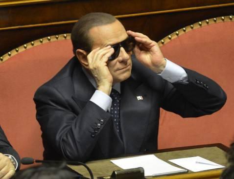 Berlusconi con gli occhiali da sole (ALBERTO LINGRIA/AFP/Getty Images)