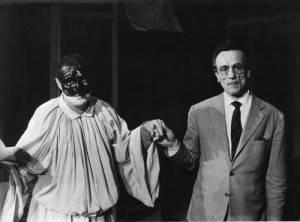 Eduardo De Filippo con Achille Millo nei panni di Pulcinella (foto pubblico dominio)