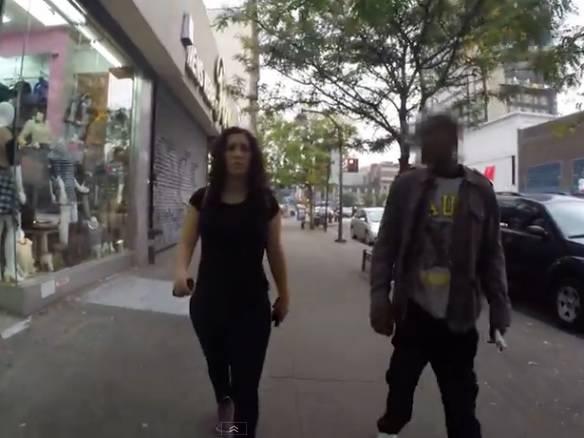 Cosa accade ad una ragazza che passeggia a New York? Guarda il video