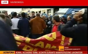 Tensione al corteo delle acciaierie di Terni a Roma (screensho Rainews24)
