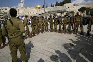 Polizia israeliana davanti all'ingresso della moschea Al-Aqsa, sulla Spianata delle Moschee (Getty images)